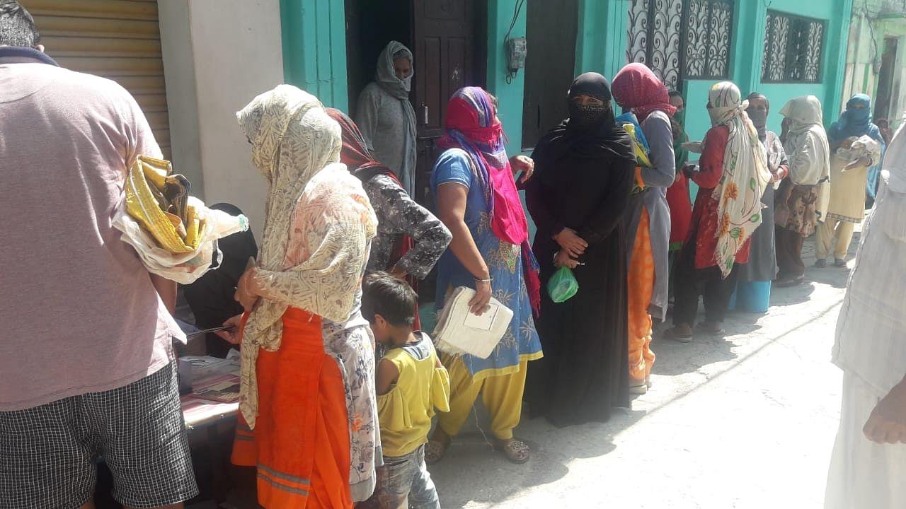 तमाम जागरुकता अभियान के बावजूद छुटमलपुर में राशन वितरण के दौरान नहीं दिखी सोशल डिस्टेंसिंग