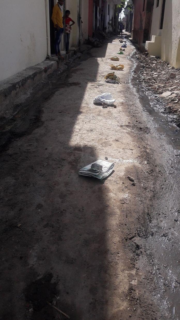 बड़गांव में मशीन की कनेक्टिविटी गायब होने पर ग्रामीणों द्वारा सोशल डिस्टेंस के हिसाब से सड़क पर ?