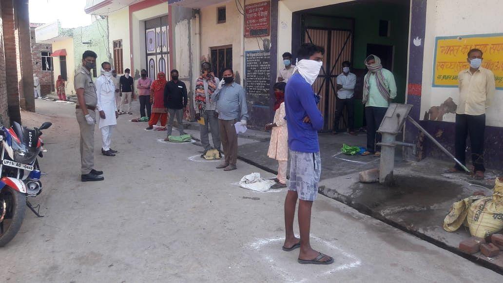 बड़गांव में सोशल डिस्टेंसिंग के हिसाब से राशन लेने के लिए गोल घेरों में खड़े ग्रामीण