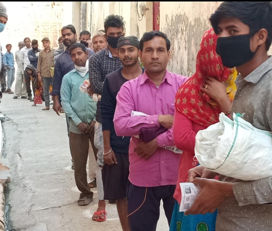 रामपुर मनिहारान में सस्ते गल्ले की दुकान पर राशन लेने को लगी लाइन