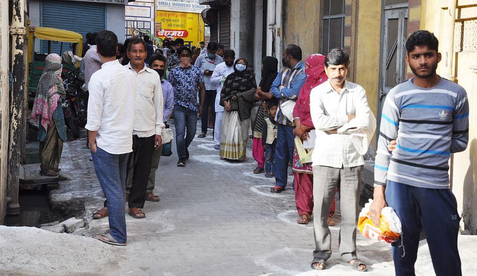 सहारनपुर में लॉकडाउन के चलते पठानपुरा में राशन के लिये लगी लंबी कतार