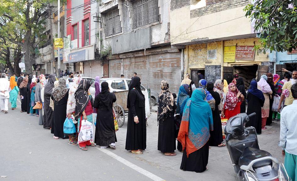 हारनपुर में लॉकडाउन के चलते देहरादून रोड पर राशन के लिये लगी लंबी कतार