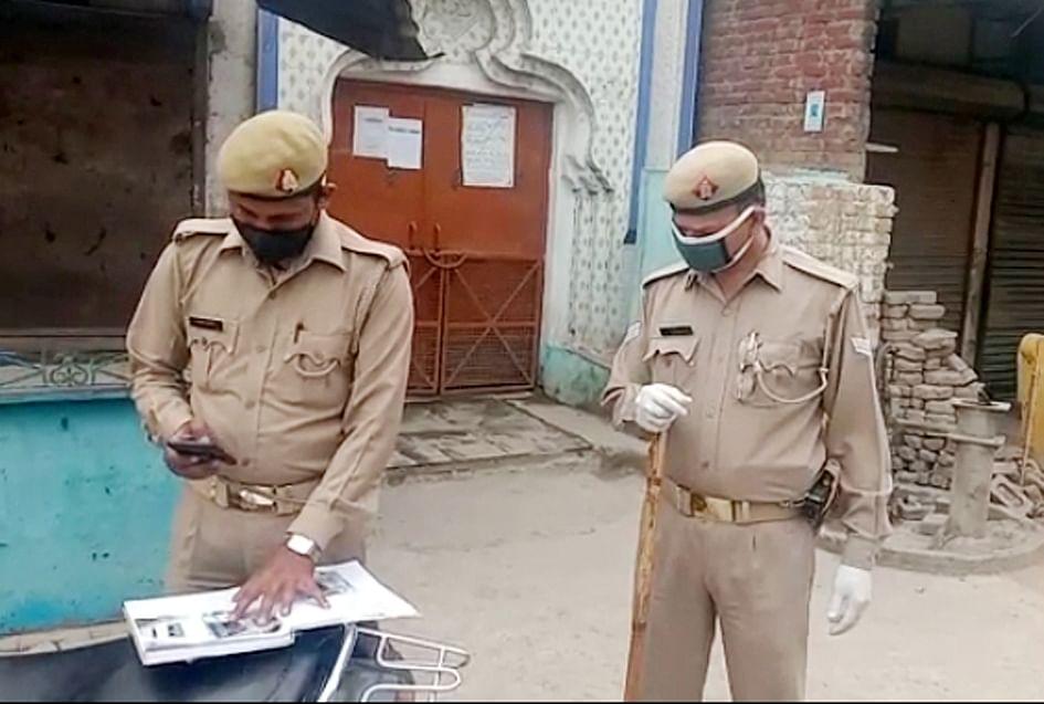 सहारनपुर में लॉकडाउन के चलते मस्जिदो में जमात के सर्च ओपरेशन करती पुलिस