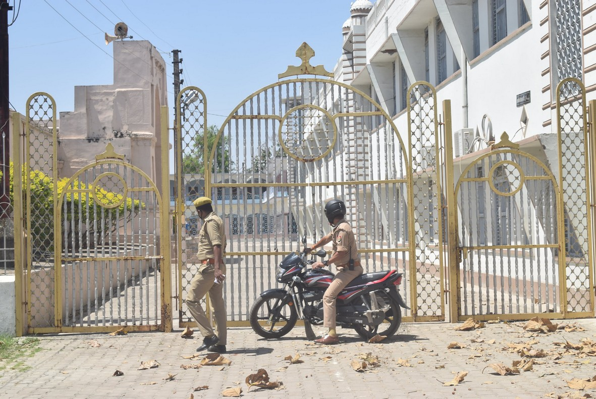 08- लालदरवाजा स्थित मदरसे के गेट चेक करने के लिए पंहुचे पुलिस के जवान।