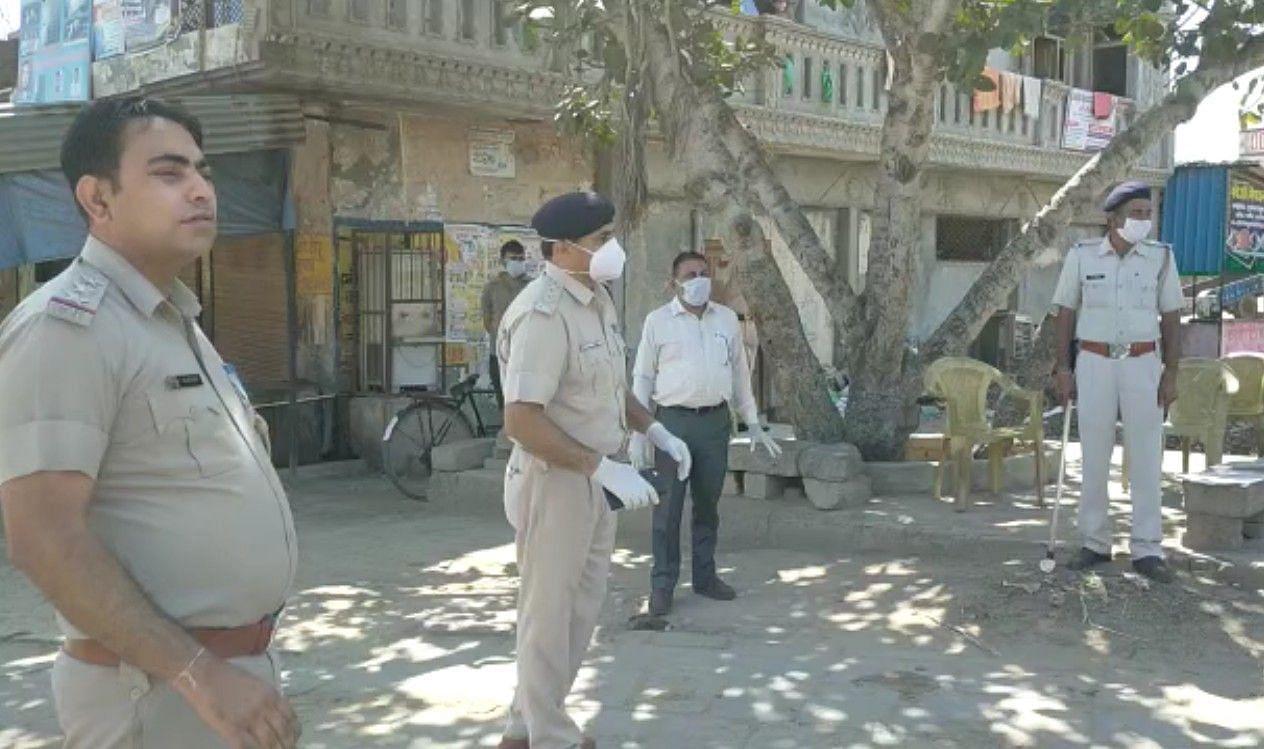 कोरोना संक्रमित मिलने पर गांव मानहेरू में तैनात पुलिस और स्वास्थ्य विभाग की टीम।