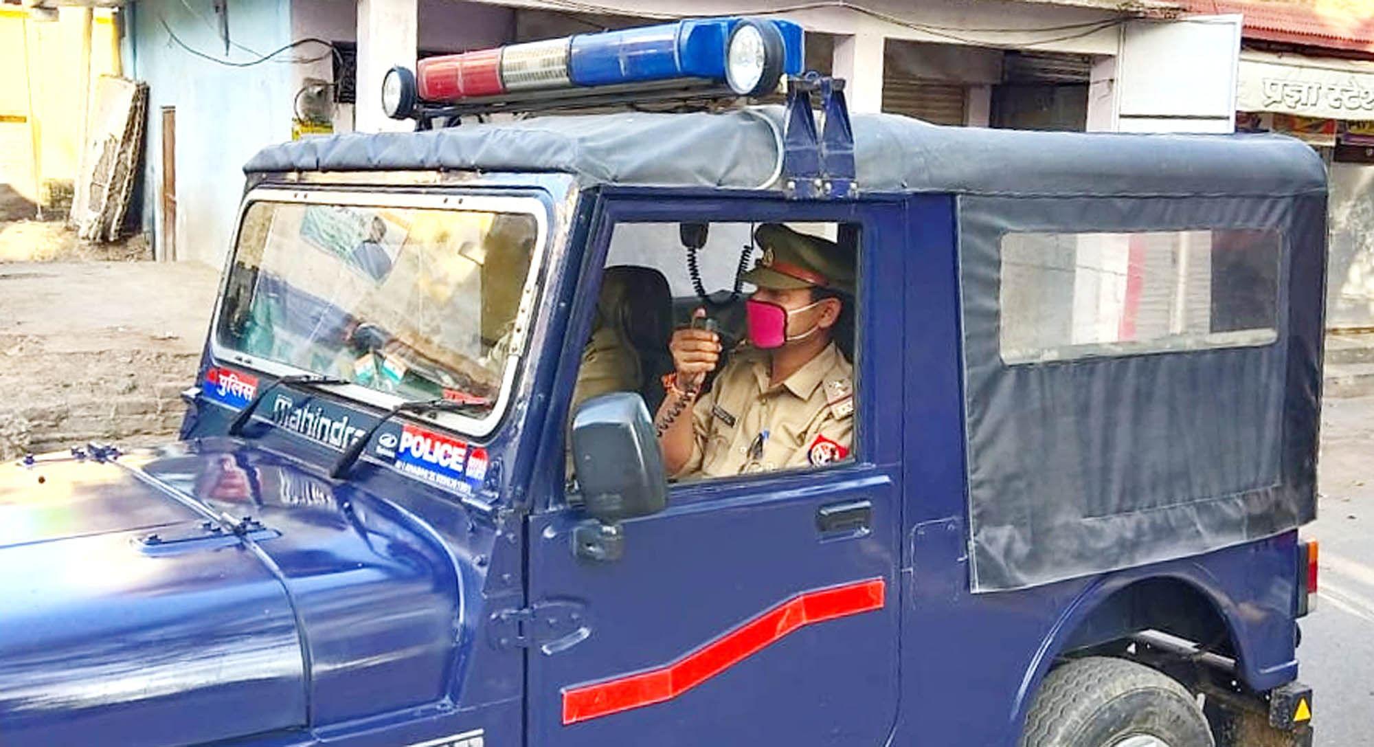 शहर में पुलिस जीप से लाउडस्पीकर से एनाउंस करते एसआई वीरेंद्र त्रिपाठी।