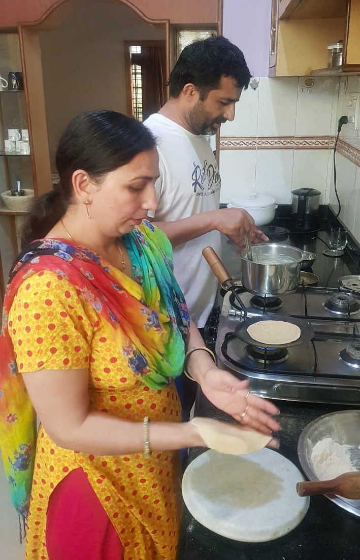 ेक्टर 9-11 निवासी योगगुरु अनिल पानू अपनी पत्नी के साथ रसोई में खीर बनाते हुए।