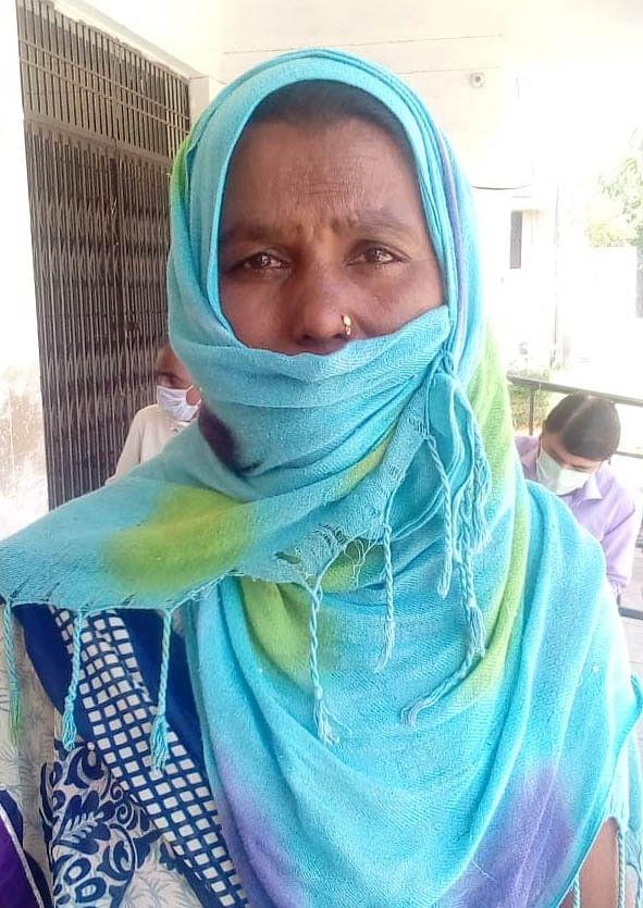 हमीरपुर में बेटे से मिलने के बाद जानकारी देती सुनीता।