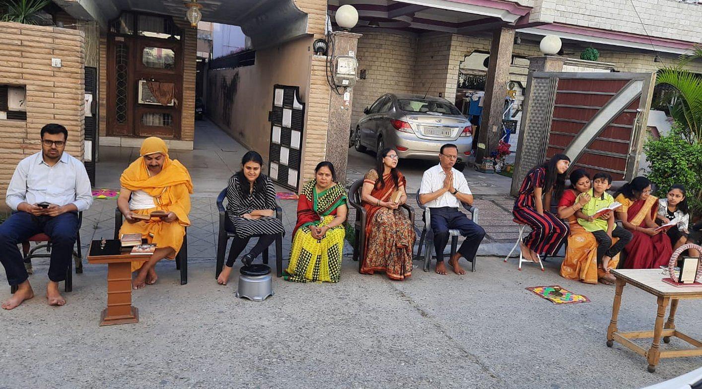 शहर के जैन मिलन विहार में मकानों के बाहर पूजा अर्चना करते जैन समाज के लोग।