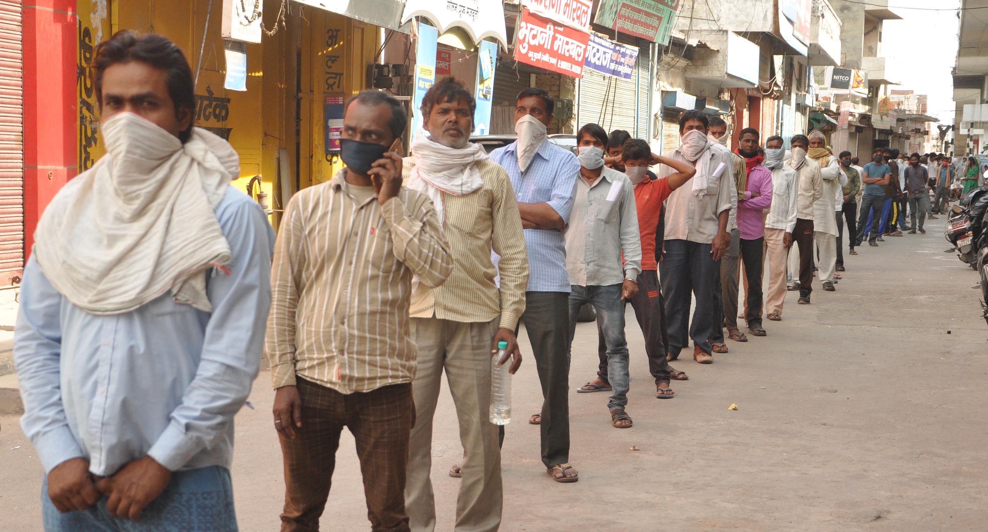 काठमंडी में श्रमिक पंजीकरण कराने को कतार में खड़े हुए।