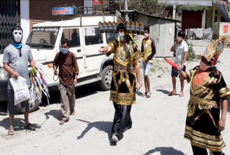 Coronavirus Lockdown Uttarakhand: Youth Poses As Ravan to Aware Public in Pithoragarh, Photos