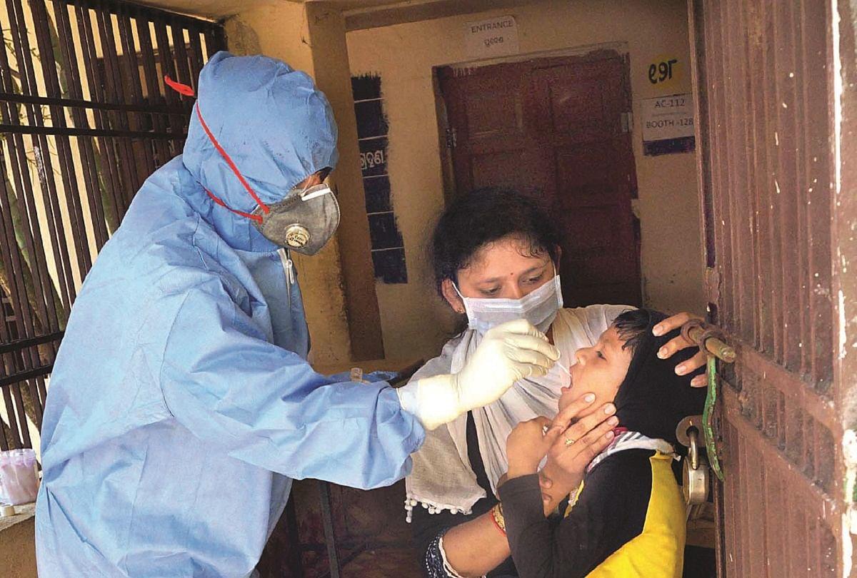 कोरोना वायरस की जांच के लिए सैंपल लेता स्वास्थ्य कर्मी।
