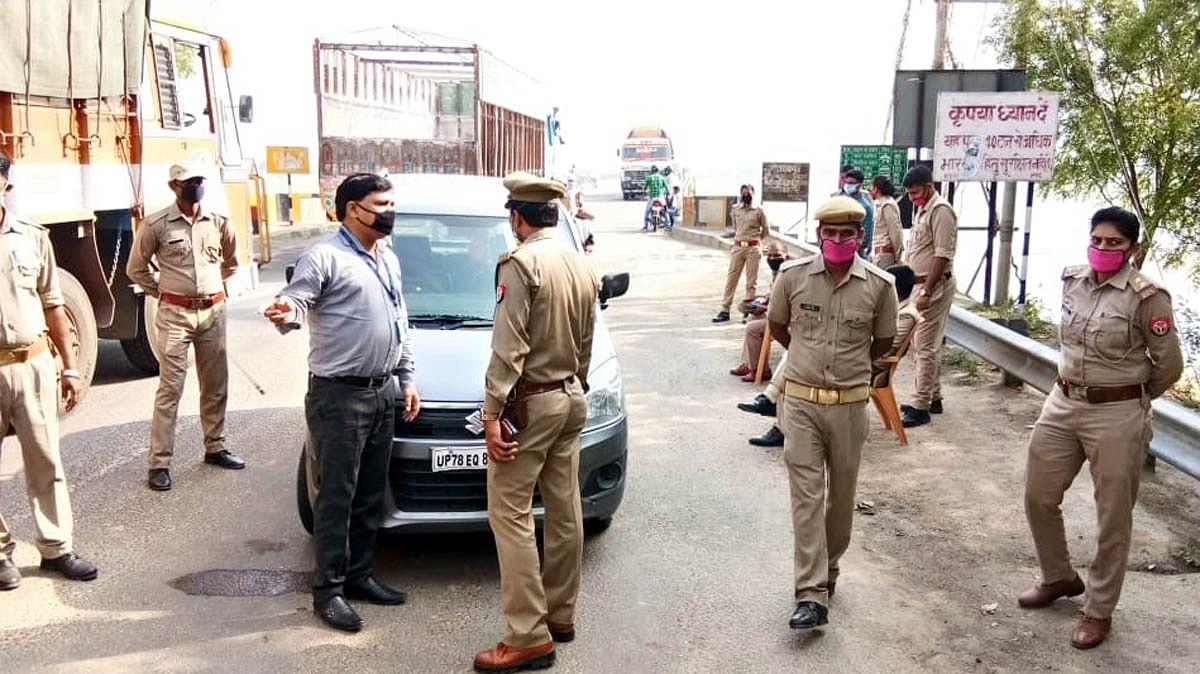 यमुना पुल बैरियर पर वाहनों को रोकते कोतवाल एसपी पटेल।