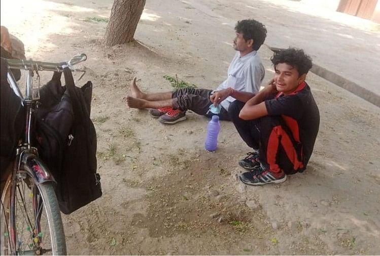 लॉकडाउन में जब काम-धंधा बंद हो गया तो जालौन के रहने वाले दो दोस्तों ने हैदराबाद से साइकिल के सहारे घर पहुंचने की ठानी। 28 दिन में 1700 किमी की दूरी तय कर आखिर में अपने गृह जनपद जालौन पहुंचे पर साइकिल के पैडल मारते-मारते दोनों के पैरों में