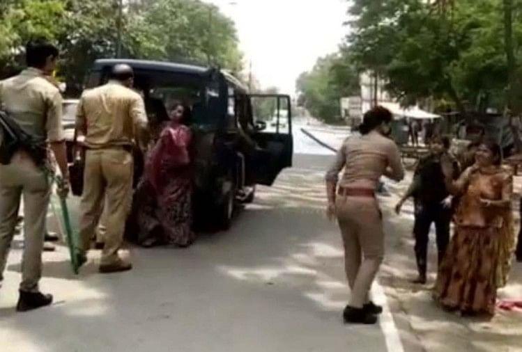 कानपुर में दो दिन पहले पनकी में बुजुर्ग से मेंढक चाल चलवाने के बाद गुरुवार को गोविंदनगर थाना क्षेत्र के निराला नगर में महिलाओं पर लाठी भांजते पुलिस का वीडियो वायरल हुआ है।