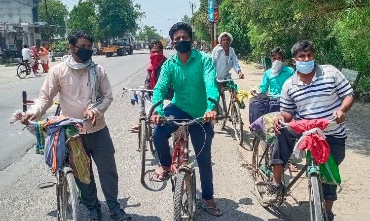 पंजाब से अपने घर बिहार जाने को श्रमिकों ने साइकिल खरीदी