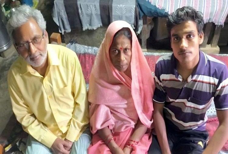 कर्नलगंज में 19 साल बाद युवक का अपने बिछुड़े परिवार से मिलने की कहानी और उलझ गई है। उसे पालने वाले माता पिता का दावा है कि रूठ कर वह उन्हें छोड़कर चला गया है और वह 2006 में बिछुड़ा उनका अपना ही खून है। इसका पता चलने पर वह उसे बालगृह से ले आए थे।