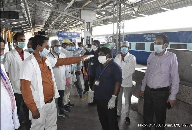 लॉकडाउन के बीच मुंबई के भिवंडी और वसई से 2400 मजदूरों को लेकर दो श्रमिक स्पेशल रविवार की देर रात गोरखपुर रेलवे स्टेशन पहुंचेंगी।