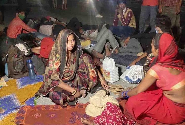 लॉकडाउन के दौरान अन्य प्रदेशों में फंसे मजदूर अपने घर जाने के लिए पैदल एवं अपने निजी वाहनों से शनिवार देर रात कोजालौन सीमा पर बने बॉर्डर से घुसने के लिए जद्दोजहद कर रहे हैं। प्रशासन इनको जिले में घुसने की इजाजत नहीं दे रहा है।
