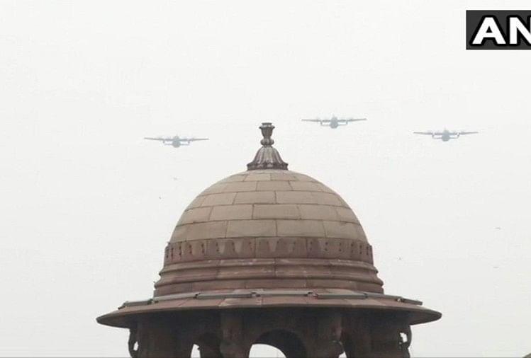 राजपथ पर फ्लाईपास्ट करते वायुसेना के विमान