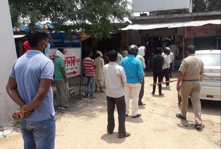 गोरखपुर बस्ती मंडल में लॉकडाउन के दौरान सोमवार को शराब के ठेके खोल गए हैं।