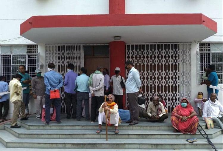गोरखपुर के प्रधान डाकघर में सोशल डिस्टेंसिंग का पालन नहीं हो रहा है।