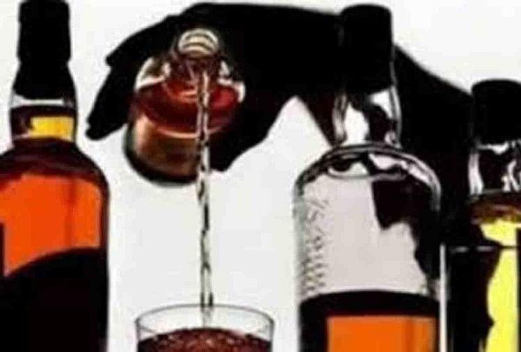 लॉकडाउन में शराब की दुकानें खोले जाने की छूट मिलते ही दुकानों में पियक्कड़ों की भीड़ जमा हो गई। कहीं दुकान बंद न हो जाए जिससे कुछ लोगों ने निर्धारित मात्र से अधिक की शराब खरीदी। कई दुकानों में स्टाक खत्म हो गया।