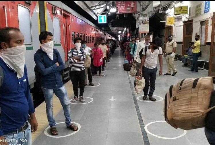 लॉकडाउन में फंसे मजदूरों को स्पेशल ट्रेन से घर भेजने पर किराया माफी को लेकर गरमाई सियासत की हकीकत इस ट्रेन के यात्रियों ने उजागर कर दी है। सोमवार की देर रात अहमदाबाद से जौनपुर पहुंची ट्रेन के यात्रियों ने किराया माफी के दावों को खारिज कर दिया...