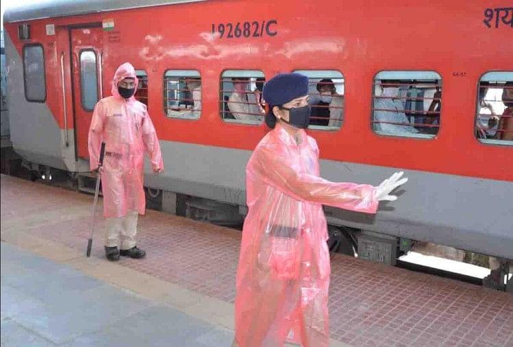 गुजरात के गोधरा से एक श्रमिक स्पेशल ट्रेन मंगलवार को दोपहर करीब ढाई बजे कानपुर सेंट्रल स्टेशन आएगी। 24 कोच वाली यह ट्रेन करीब डेढ़ हजार मजदूरों को लेकर सोमवार देर रात गोधरा स्टेशन से रवाना होगी।