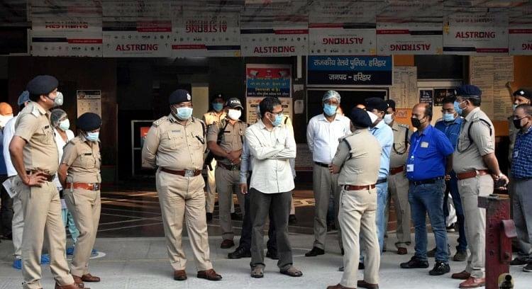 रेलवे स्टेशन का निरीक्षण करते डीएम और एसएसपी ।