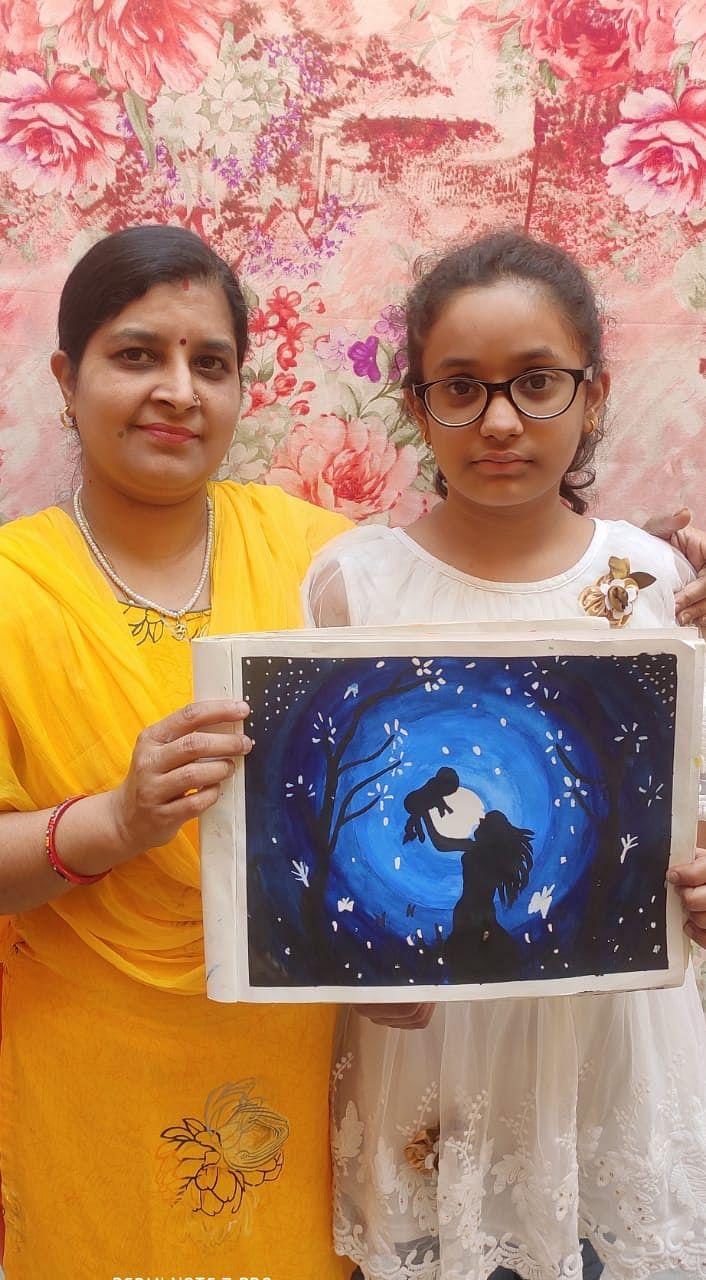 5-जानसठ में वैष्णवी गुप्ता अपनी मां नीतू गुप्ता को ग्रीटिंग व गिफ्ट देती।