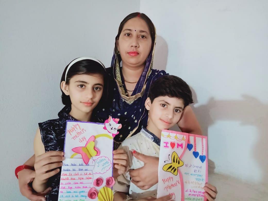 शाहपुर के दी स्काई लैंड स्कूल मेंते मदर्स डे पर आयोजित ऑन लाईन प्रतियोगिता में प्रतिभाग करते विद?