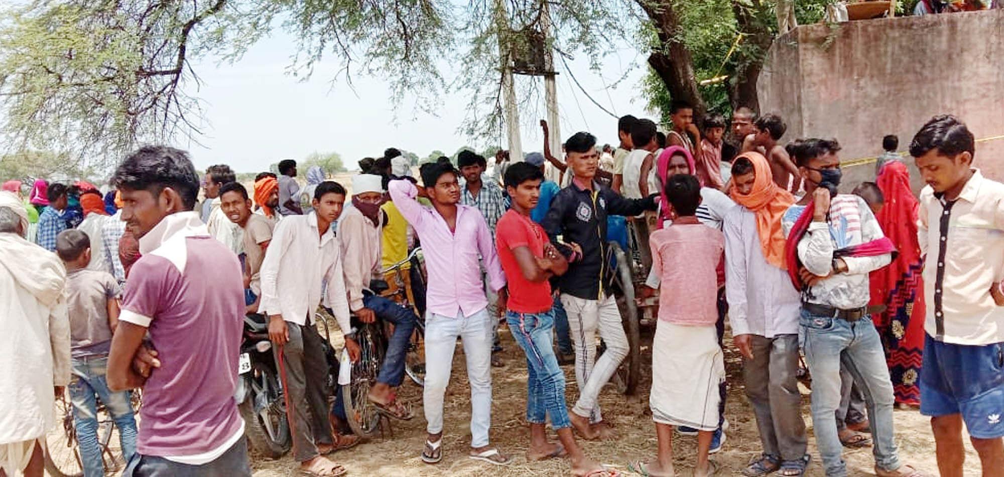 मंगलपुर गांव में घटना स्थल पर लगी ग्रामीणों की भीड़।