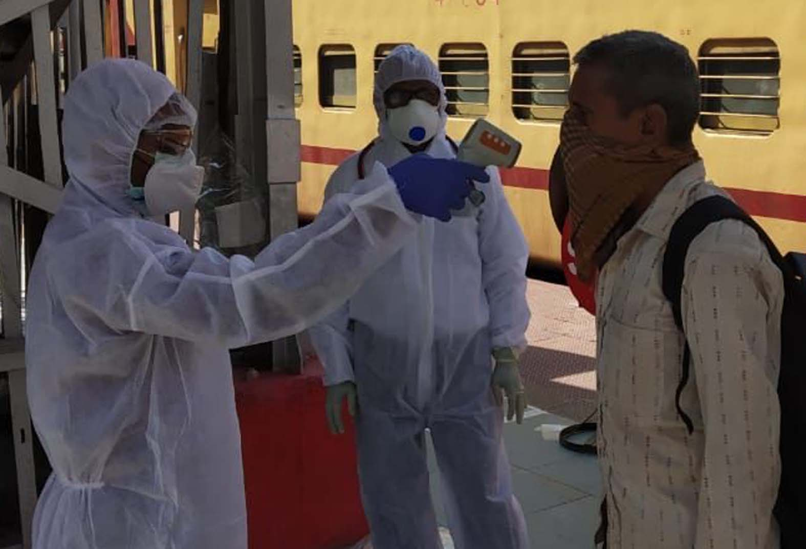 बांदा स्टेशन पर थर्मल स्क्रीनिंग करते स्वास्थ्य कर्मी।