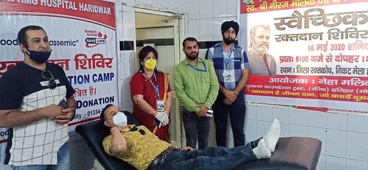 ब्लड बैंक में आयोजित रक्तदान शिविर में रक्तदान करते प्रतिभागी ।