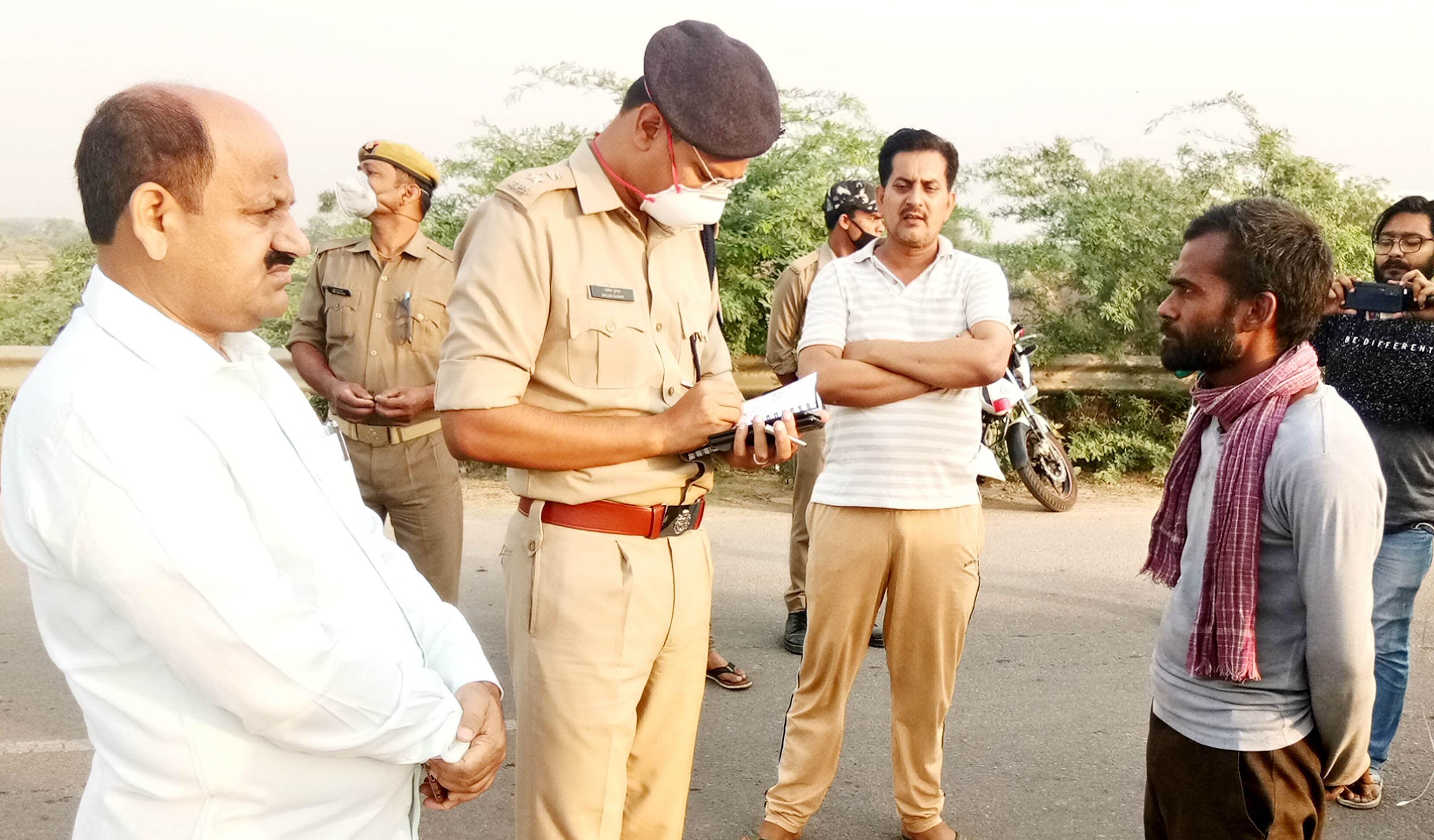 घटना स्थल पर बस चालक से जानकारी लेते डीएम व एसपी।