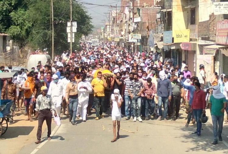 शिवसेना नेता अनुराग शर्मा की शवयात्रा में उमड़ी भीड़