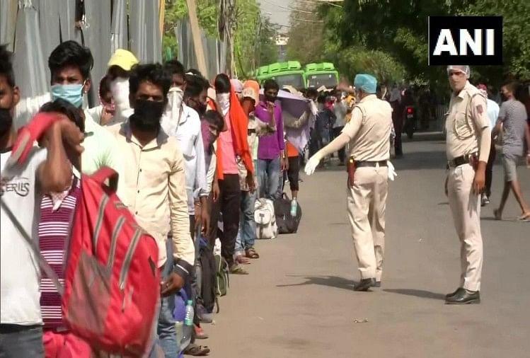 लाजपत नगर पुलिस स्टेशन के बाहर लगी श्रमिकों की लाइन
