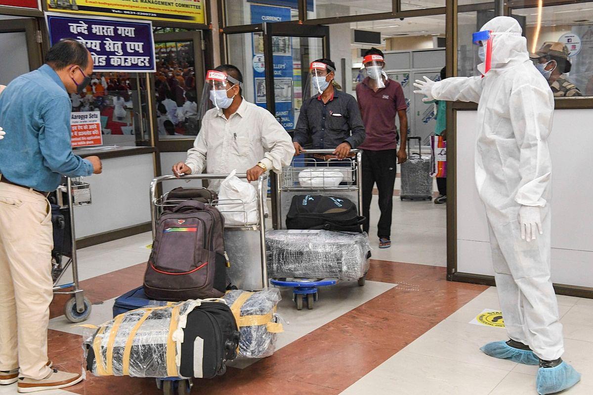 Domestic Flight Services Resume Know Guidelines Issued By Health Ministry  Coronavirus Lockdown Isolation - एयरपोर्ट, बस अड्डों और रेलवे स्टेशनों के लिए  दिशा-निर्देश, इनके बिना नहीं कर ...