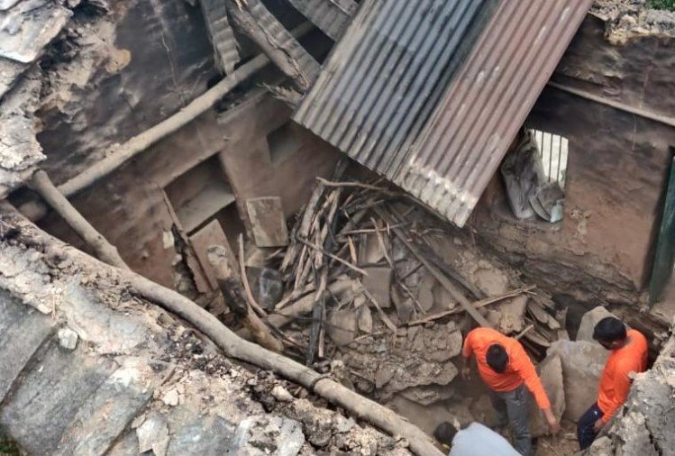 uttarakhand news today : house collapse in devprayag, mother and girl buried in rubble