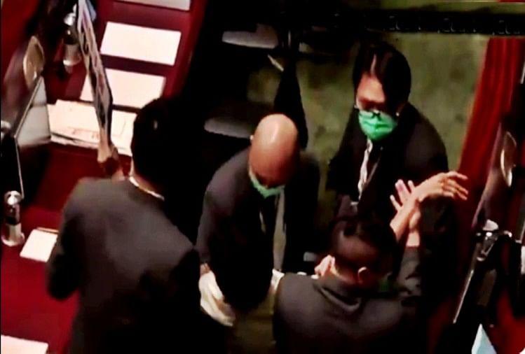 Photo of हांगकांग में चीनी राष्ट्रगान विधेयक पर चर्चा के दौरान दो सांसदों को बाहर निकाला गया
