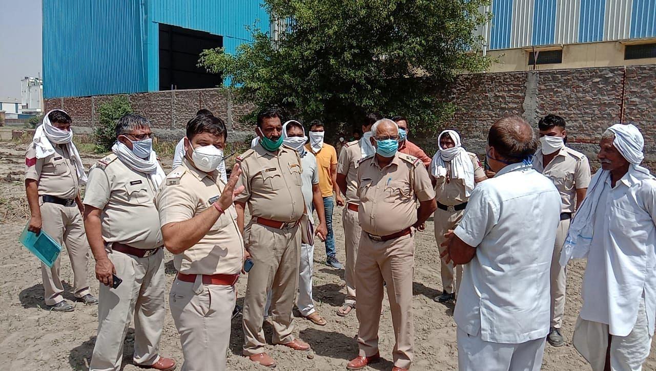 गांव बारोटा के पास खेत में एएसआई का शव मिलने के बाद जांच करती पुलिस।