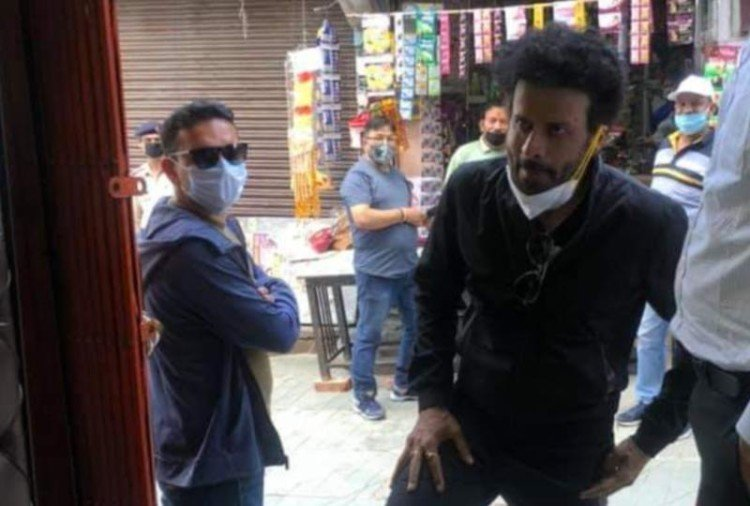bollywood actor manoj bajpayee in almora, visit in market, public rush comes to see him