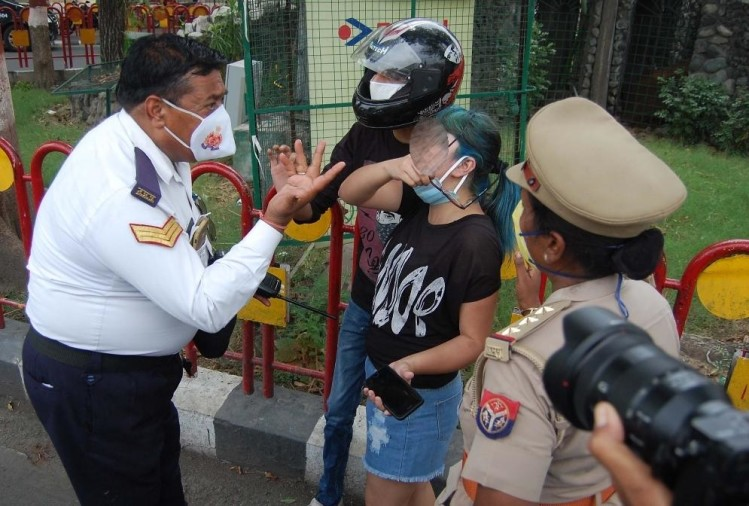A girl made ruckus when police men asked for papers in Lucknow.