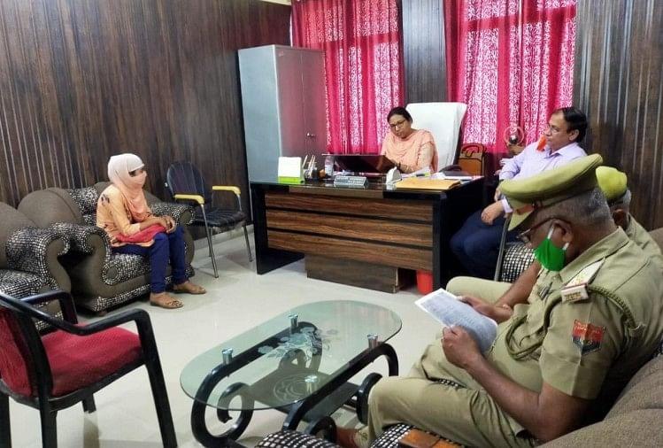 बीएसए कार्यालय में आरोपी शिक्षिका से पूछताछ करती पुलिस