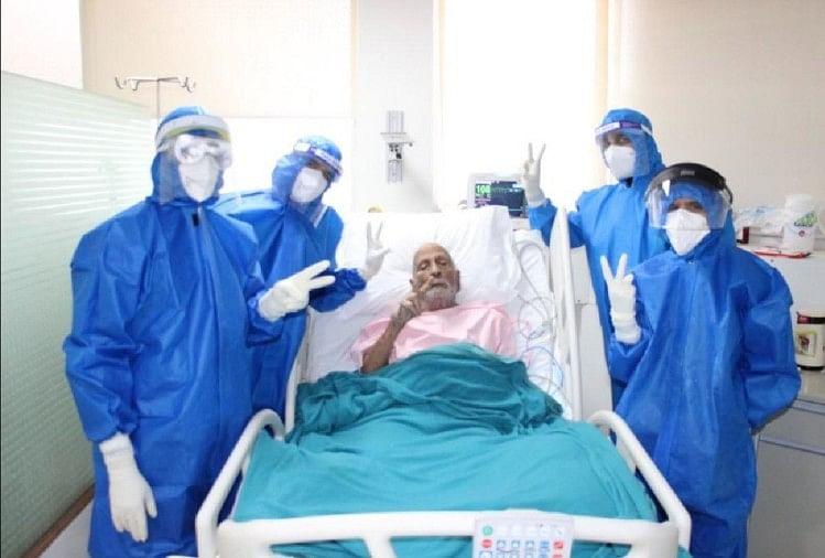 जीसी गुप्ता के साथ विक्ट्री साइन दिखाती चिकित्सकों की टीम