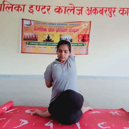 अकबरपुर में योग सिखाती जागृति अवस्थी।