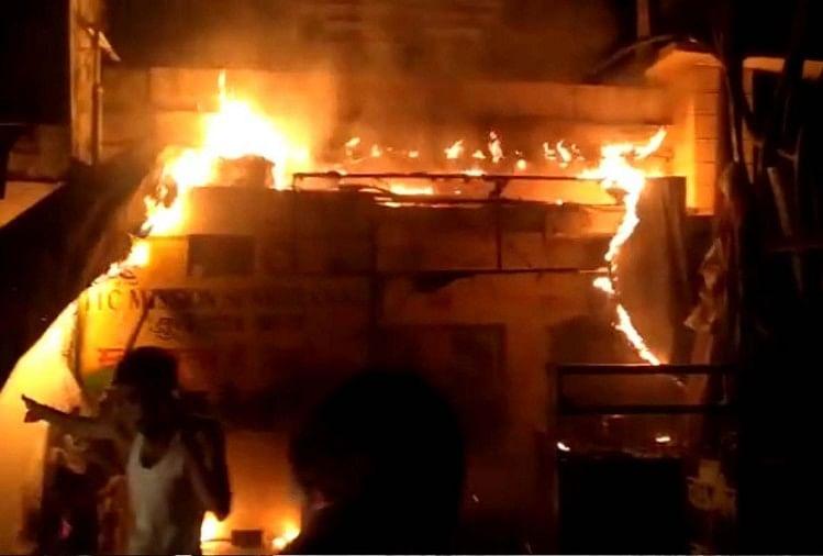 दिल्ली के मुंडका में लगी आग, दमकल की 30 गाड़ियां मौके पर