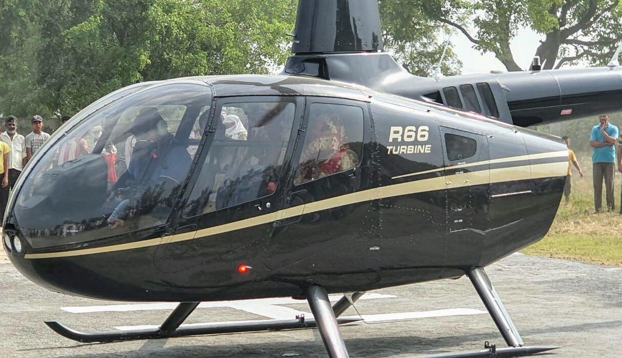 हेलीकॉप्टर से दुल्हन लेकर पहुंचा दूल्हा।