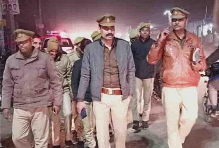 पूर्व चौबेपुर एसओ विनय तिवारी से पुलिस कर रही पूछताछ (बीच में)